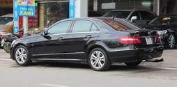 Mercedes E250 2011 màu đen.