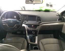 Hyundai elantra màu trắng giao xe liền ưu đãi lớn.