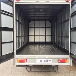 Xe KIA 2 tấn 4 thùng kín tôn lạnh có của hông.