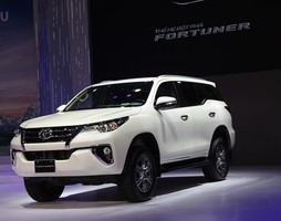 Toyota fortuner 2017 giao xe ngay.