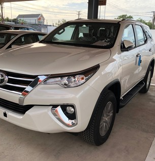 Fortuner 2.7V màu trắng xe giao ngay