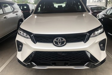 Fortuner 2.8 LEGENDER màu trắng xe giao ngay